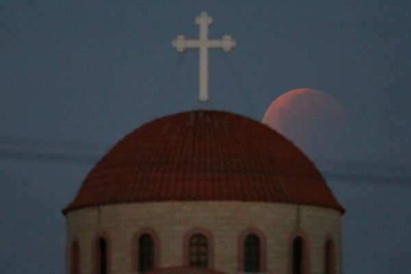 """<div class=""""meta image-caption""""><div class=""""origin-logo origin-image none""""><span>none</span></div><span class=""""caption-text"""">The supermoon is seen over Anthoupolis, Cyprus overnight on Sept. 27, the night of a lunar eclipse. (Photo/AP)</span></div>"""