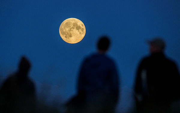 """<div class=""""meta image-caption""""><div class=""""origin-logo origin-image none""""><span>none</span></div><span class=""""caption-text"""">The supermoon is seen over Berlin overnight on Sept. 27, the night of a lunar eclipse. (Photo/AP)</span></div>"""