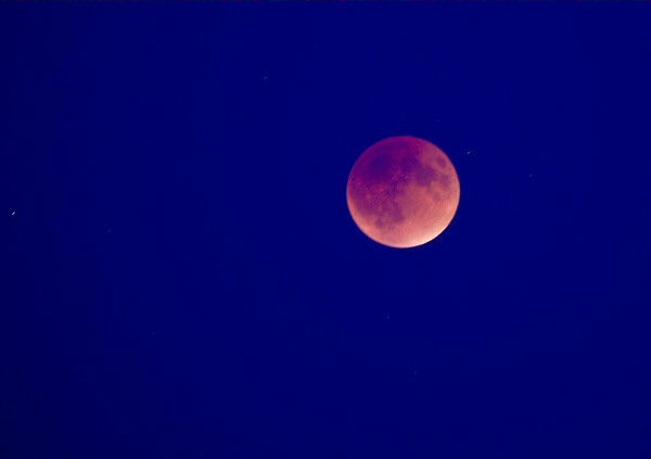 """<div class=""""meta image-caption""""><div class=""""origin-logo origin-image none""""><span>none</span></div><span class=""""caption-text"""">The supermoon is seen over Everett, Wash. overnight on Sept. 27, the night of a lunar eclipse. (AP Twitter/ImagzbyGretchen)</span></div>"""