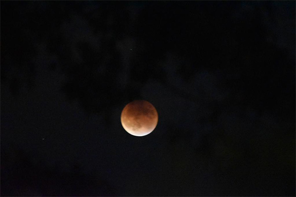 "<div class=""meta image-caption""><div class=""origin-logo origin-image kabc""><span>KABC</span></div><span class=""caption-text"">ABC7 viewer Viola shared this view of the supermoon eclipse on Sunday, Sept. 28, 2015 using #abc7eyewitness. (twitter.com/hummingbird5225)</span></div>"