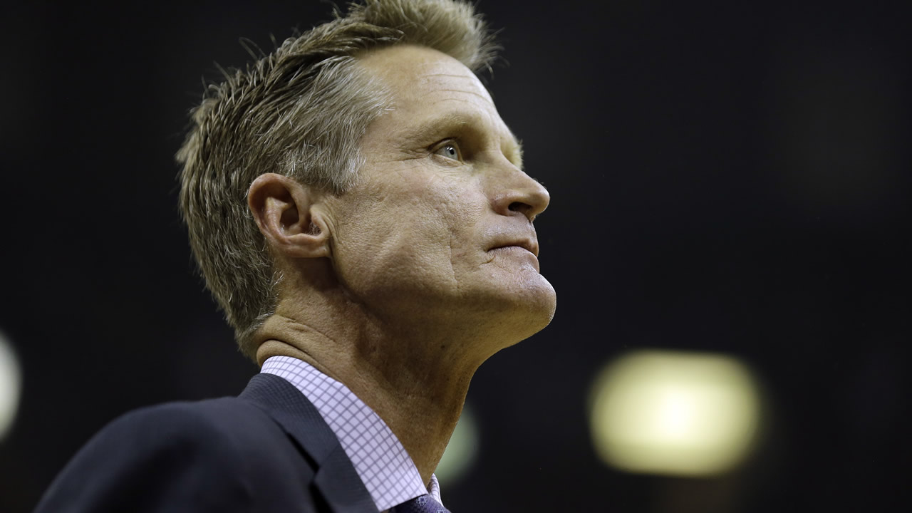 Warriors head coach Steve Kerr watches a play against the Grizzlies in the first half of Game 3 of an NBA basketball Western Conference playoff series October 1, 2015. (AP Photo)