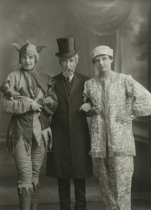 "<div class=""meta image-caption""><div class=""origin-logo origin-image none""><span>none</span></div><span class=""caption-text"">Portrait of theatre perfomers dressed up, circa 1900s. (PYMCA/UIG via Getty)</span></div>"