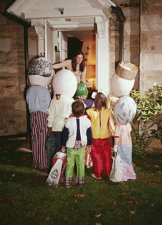 "<div class=""meta image-caption""><div class=""origin-logo origin-image none""><span>none</span></div><span class=""caption-text"">Children wearing Halloween costumes stand in front of a woman's door, trick-or-treating, circa 1975. (Lambert/Getty)</span></div>"