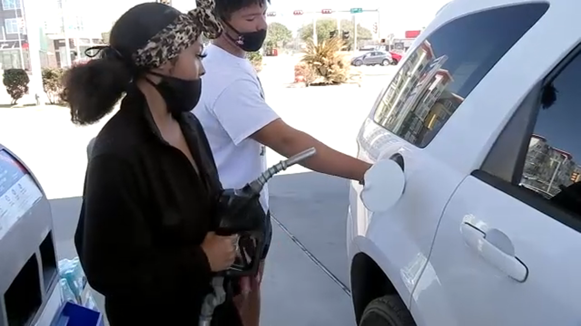 Rapper Trae Tha Truth gives over 250 families a free tank of gas