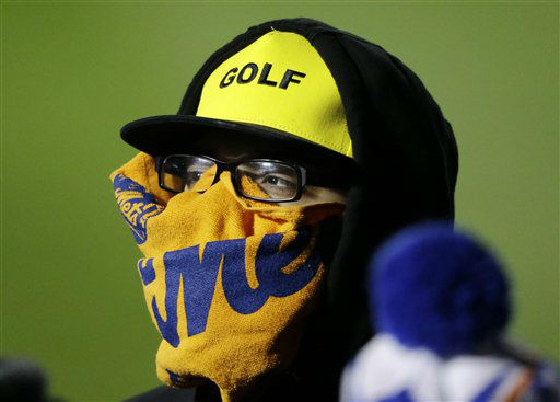 "<div class=""meta image-caption""><div class=""origin-logo origin-image none""><span>none</span></div><span class=""caption-text"">A fan tries to stay warm during the second inning of Game 2. (AP Photo/ David Goldman)</span></div>"