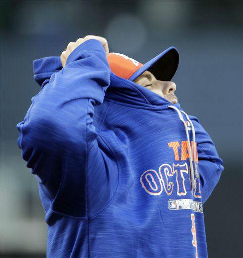 "<div class=""meta image-caption""><div class=""origin-logo origin-image none""><span>none</span></div><span class=""caption-text"">New York Mets' David Wright puts on a sweatshirt before Game 2. (AP Photo/ David Goldman)</span></div>"