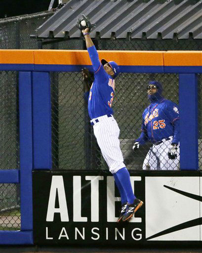 "<div class=""meta image-caption""><div class=""origin-logo origin-image none""><span>none</span></div><span class=""caption-text"">New York Mets' Curtis Granderson catches a ball at the wall hit by Chicago Cubs' Chris Coghlan. (AP Photo/ Frank Franklin II)</span></div>"