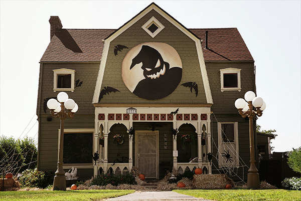 Nightmare Before Christmas Houses.Woman Turns Parents Home Into Terrifyingly Awesome Haunted