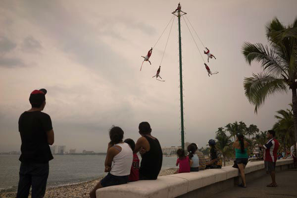 "<div class=""meta image-caption""><div class=""origin-logo origin-image none""><span>none</span></div><span class=""caption-text"">People watch as Papantla Flyers perform on the seafront in the Pacific resort city of Puerto Vallarta, Mexico, Thursday, Oct. 22, 2015. (AP Photo/ Cesar Rodriguez)</span></div>"