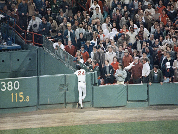 """<div class=""""meta image-caption""""><div class=""""origin-logo origin-image none""""><span>none</span></div><span class=""""caption-text"""">Dwight Evans hangs his head after he failed to hold onto a fly ball hit by Mets Len Dykstra resulting in a two-run homer. (AP Photo/Jim Macmillan) (AP Photo/ Jim Macmillan)</span></div>"""