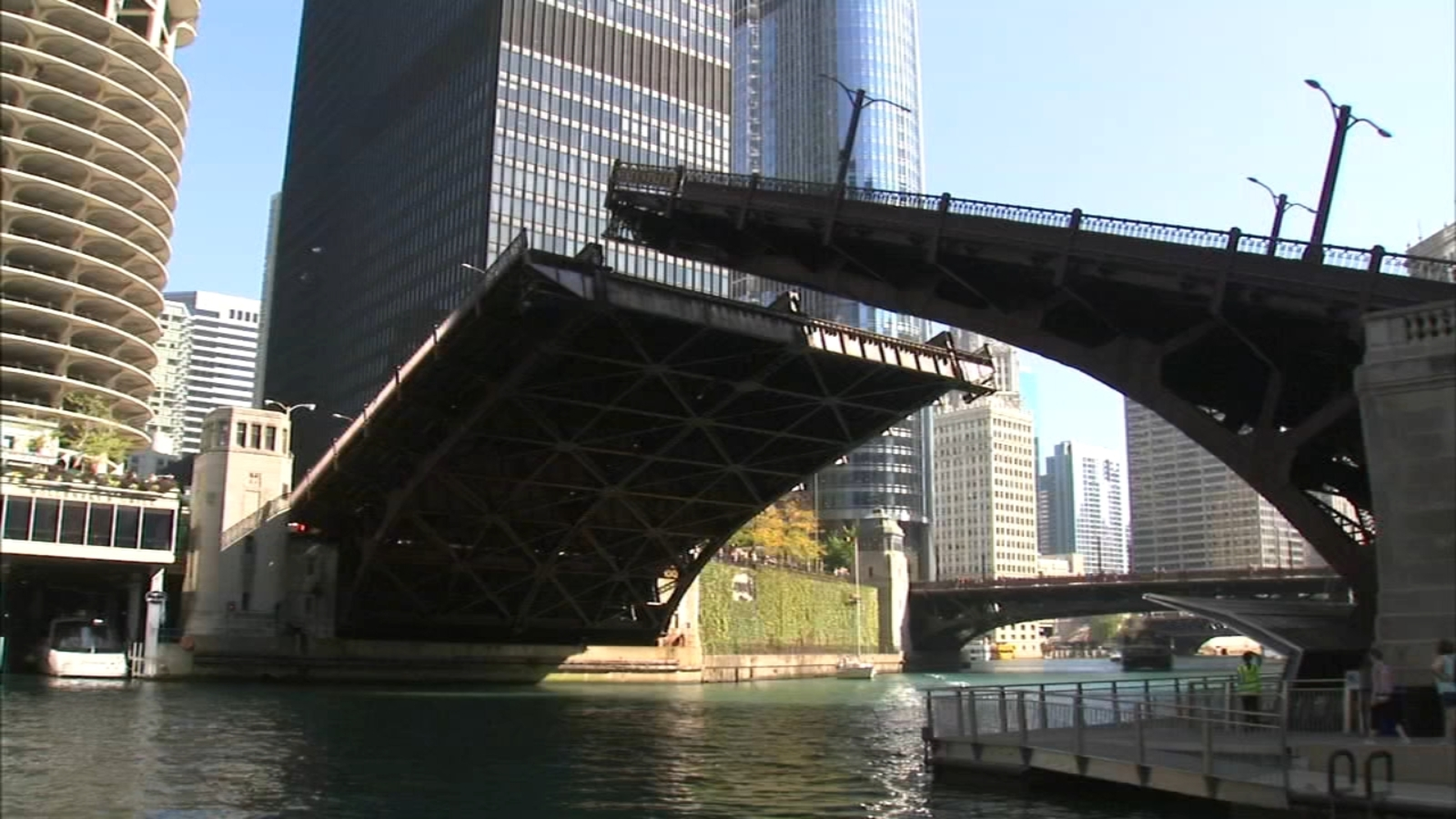 1st Chicago bridge lifts, boat run take place this weekend
