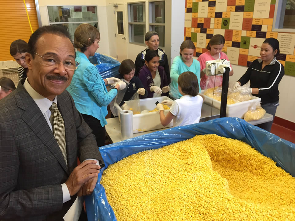 "<div class=""meta image-caption""><div class=""origin-logo origin-image none""><span>none</span></div><span class=""caption-text"">ABC7 News Weather Anchor Spencer Christian and volunteers with Sonoma Country Day School are seen at Redwood Empire Food Bank in Santa Rosa, Calif. on Monday, November 2, 2015. (KGO-TV)</span></div>"