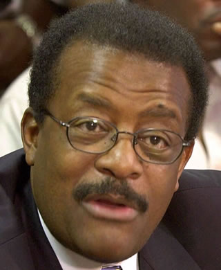 Attorney Johnnie Cochran speaks during a news conference in Des Moines, Iowa, in this June 12, 2000, file photo.