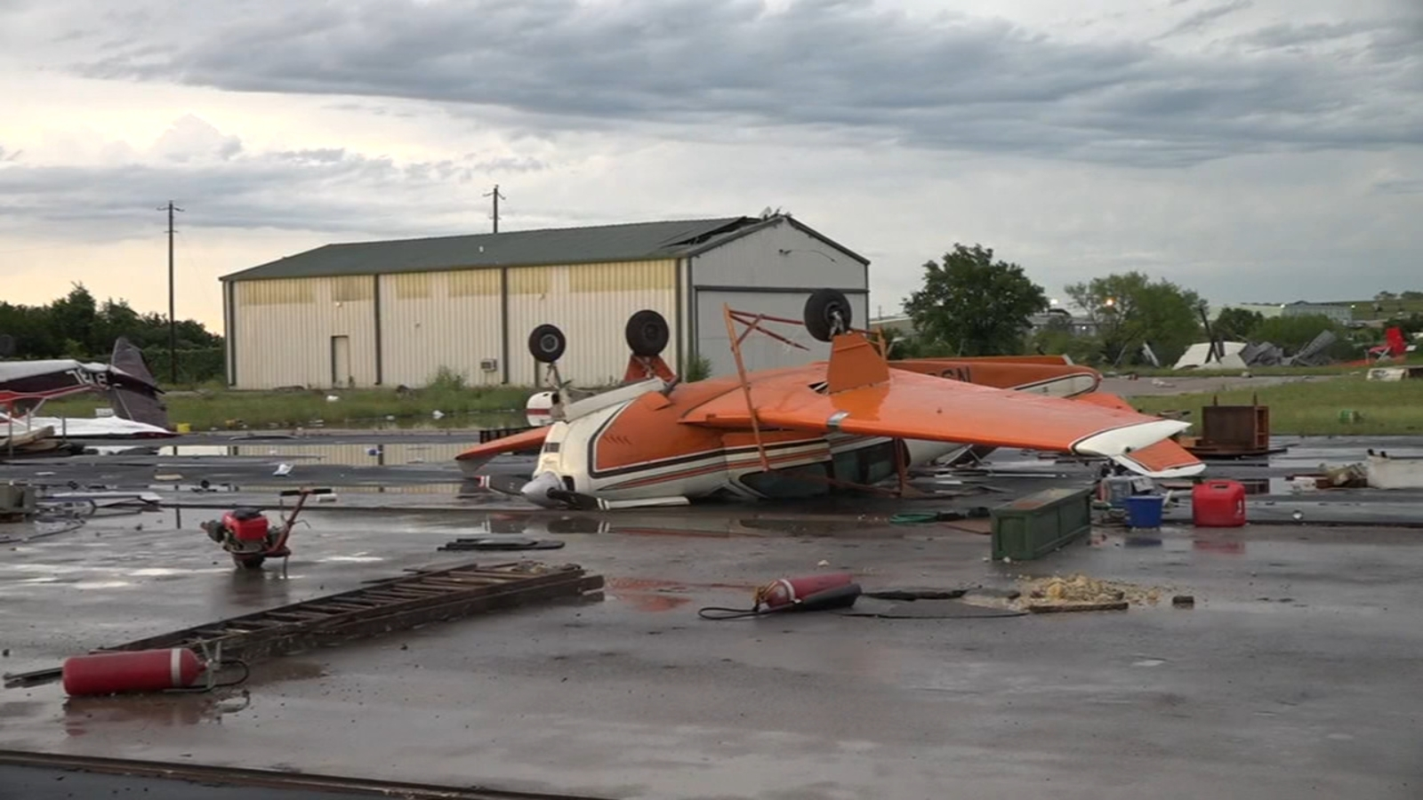 Strong winds toss small airplanes at central Texas airport