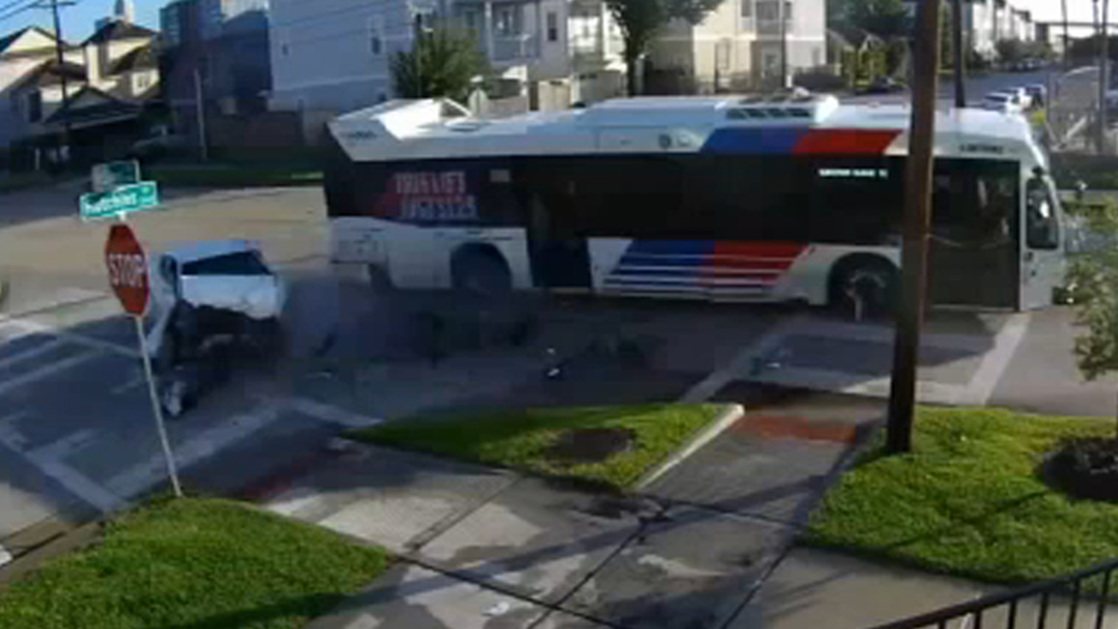 Video shows car run stop sign and slam into METRO bus in Third Ward