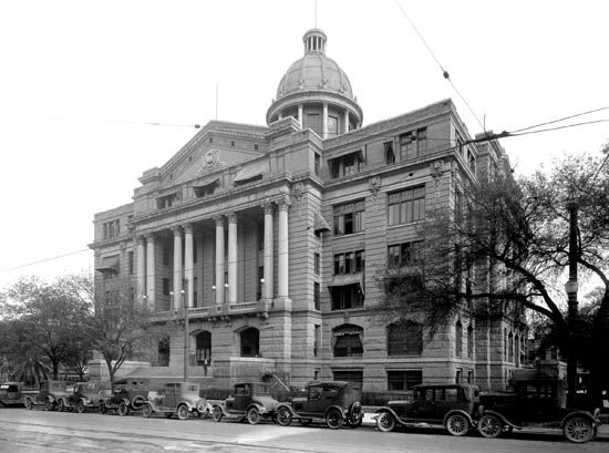 "<div class=""meta image-caption""><div class=""origin-logo origin-image none""><span>none</span></div><span class=""caption-text"">Harris County courthouse 100 years ago (Photo/Sloane Gallery)</span></div>"