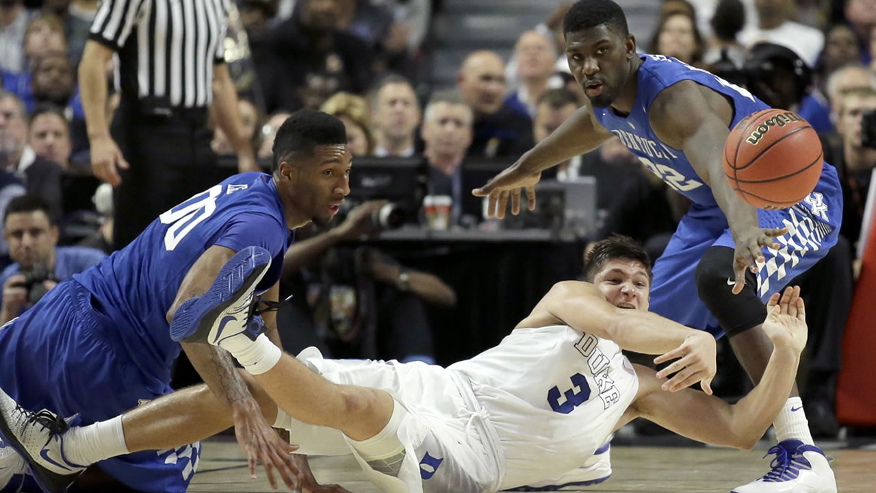 Duke guard Grayson Allen (3) passes under pressure from Kentucky forward Marcus Lee (00) and Alex Poythress