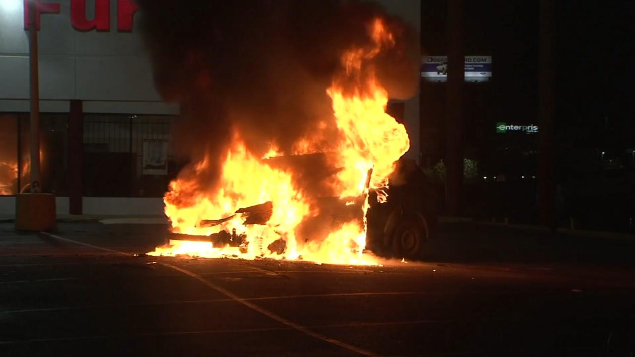 休斯敦男子在北高速公路上躲过汽车火灾,多亏了好心人的帮助(视频)