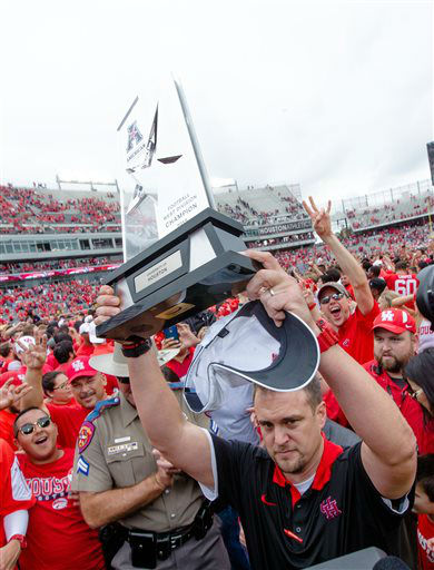 "<div class=""meta image-caption""><div class=""origin-logo origin-image none""><span>none</span></div><span class=""caption-text"">Houston's head coach Tom Herman holding the American West Trophy on the field (AP Photo/ Juan DeLeon)</span></div>"