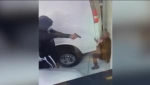 加州洛杉矶Melrose大道:监控视频显示理发店员工被持枪挟持(视频)