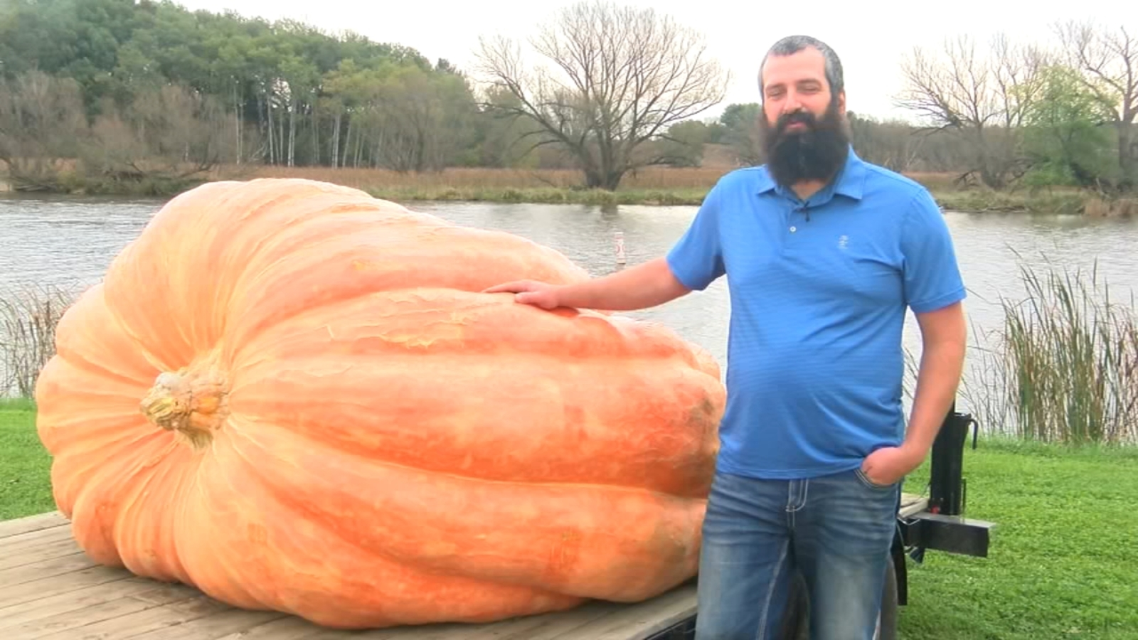 Heaviest pumpkin in US disqualified for fingernail-size crack