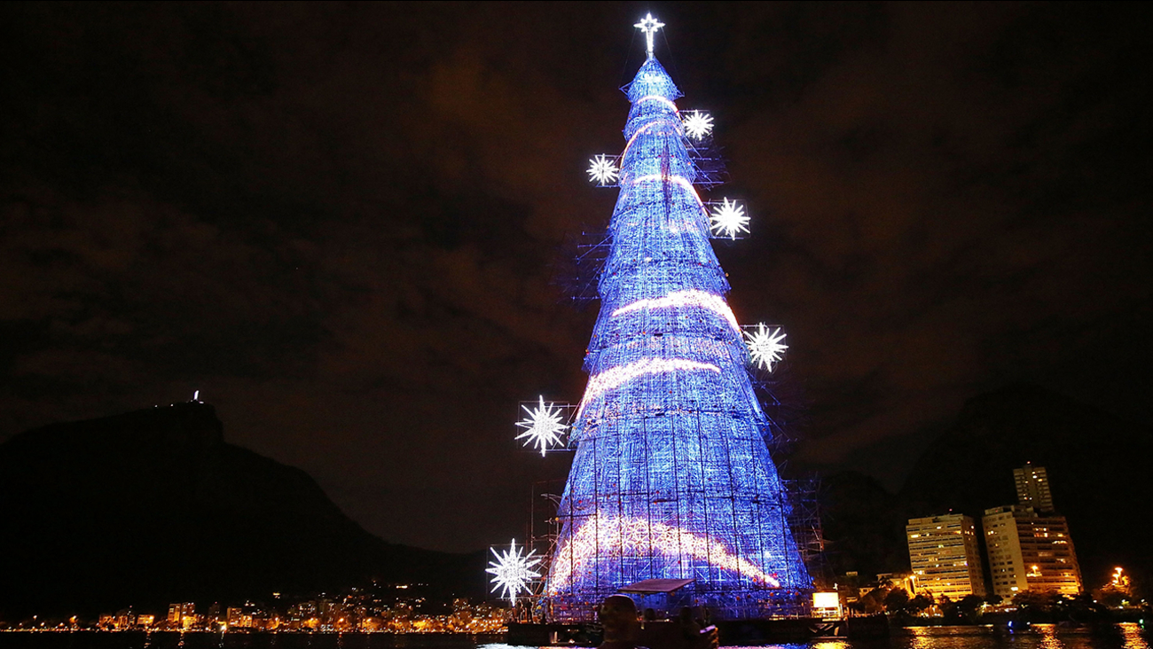 brazilians paddle past the worlds largest floating christmas tree on december 21 2014 in rio de janeiro brazil mario tamagetty
