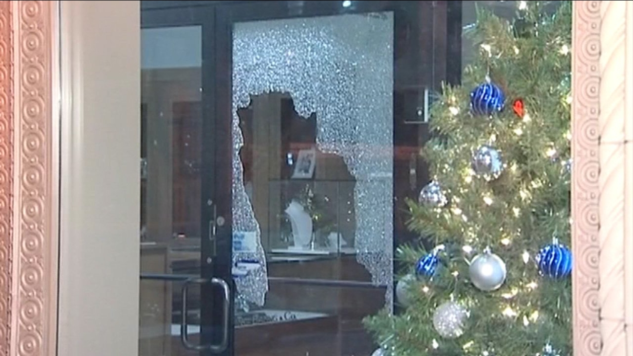 Burglars shattered the glass doors at a store on Chicago's Jewelers Row early Wednesday morning.