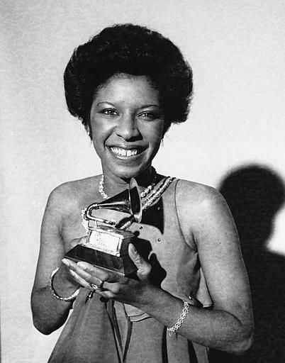 """<div class=""""meta image-caption""""><div class=""""origin-logo origin-image none""""><span>none</span></div><span class=""""caption-text"""">Natalie Cole holds the Grammy Award she won in Los Angeles on Feb. 28, 1976 for best new artist of the year. (AP Photo/stf)</span></div>"""