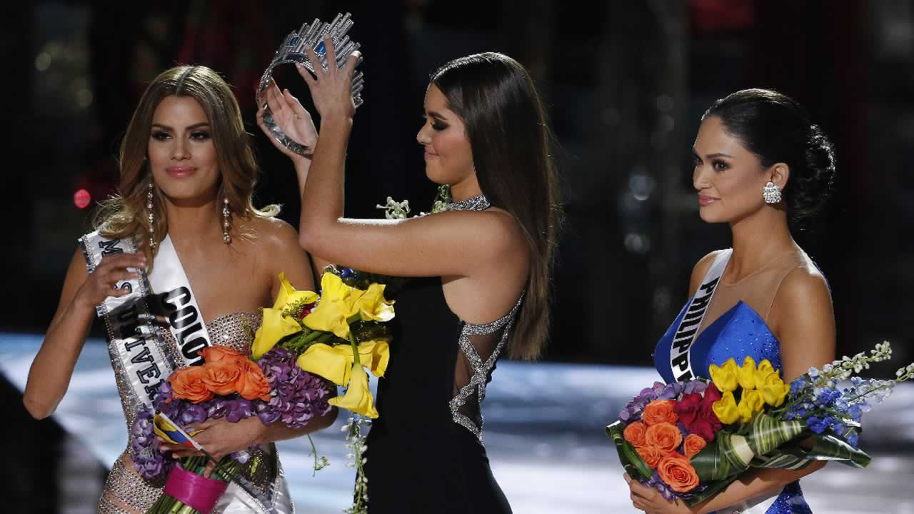 Former Miss Universe Paulina Vega removes the crown from Miss Colombia Ariadna Gutierrez before giving it to Miss Philippines on Sunday, Dec. 20, 2015, in Las Vegas.