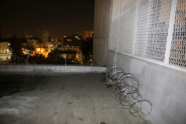 "<div class=""meta image-caption""><div class=""origin-logo origin-image kabc""><span>KABC</span></div><span class=""caption-text"">The roof area of the Orange County Central Men's Jail where the three escaped inmates are believed to have rappelled down from with a makeshift rope. (Orange County Sheriff's Department)</span></div>"
