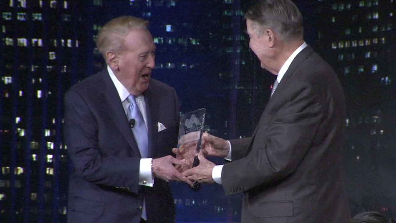 Former Dodgers President Peter O'Malley (right) presents legendary Dodgers broadcaster Vin Scully (left) with a lifetime achievement award from the Los Angeles Sports Council.