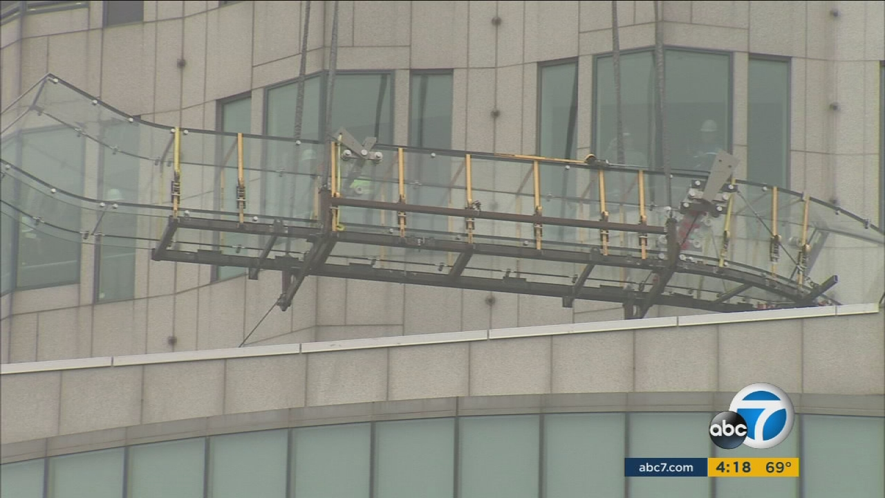 Us Bank Slide >> Sky Slide Lifted To Top Floors Of Us Bank Tower In Dtla Abc7 Com