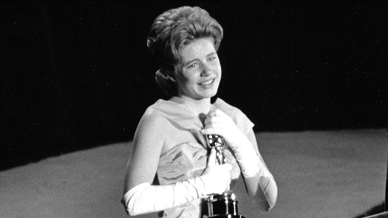 "In this April 8, 1963 file photo, actress Patty Duke, 16, accepts the Oscar as best supporting actress for her work in ""The Miracle Worker"" at the annual Academy Awards."