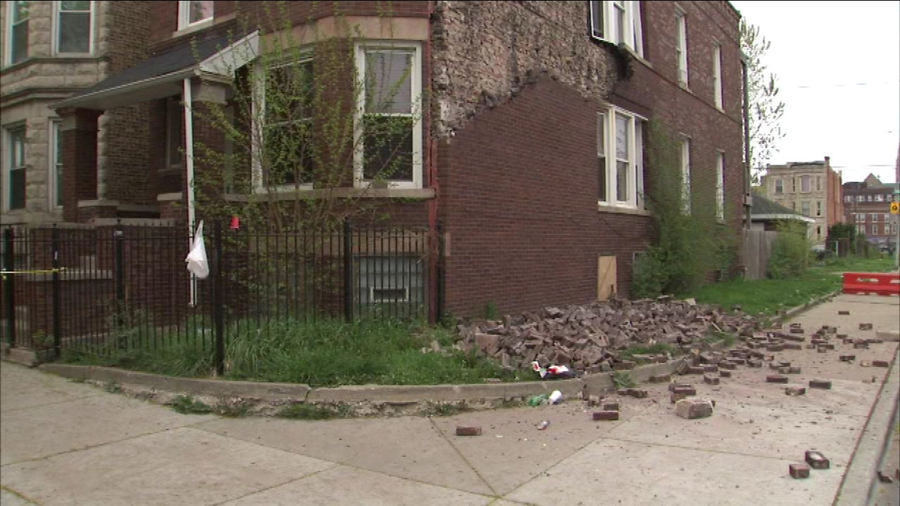 Bricks Falling From Building In West Garfield Park Abc7 Chicago