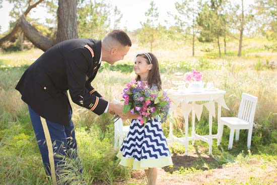 """<div class=""""meta image-caption""""><div class=""""origin-logo origin-image none""""><span>none</span></div><span class=""""caption-text"""">A professional photographer and U.S. Navy veteran has created a touching series of photos highlighting the bond between military parents and their children. (Vanessa Hicks Photography)</span></div>"""