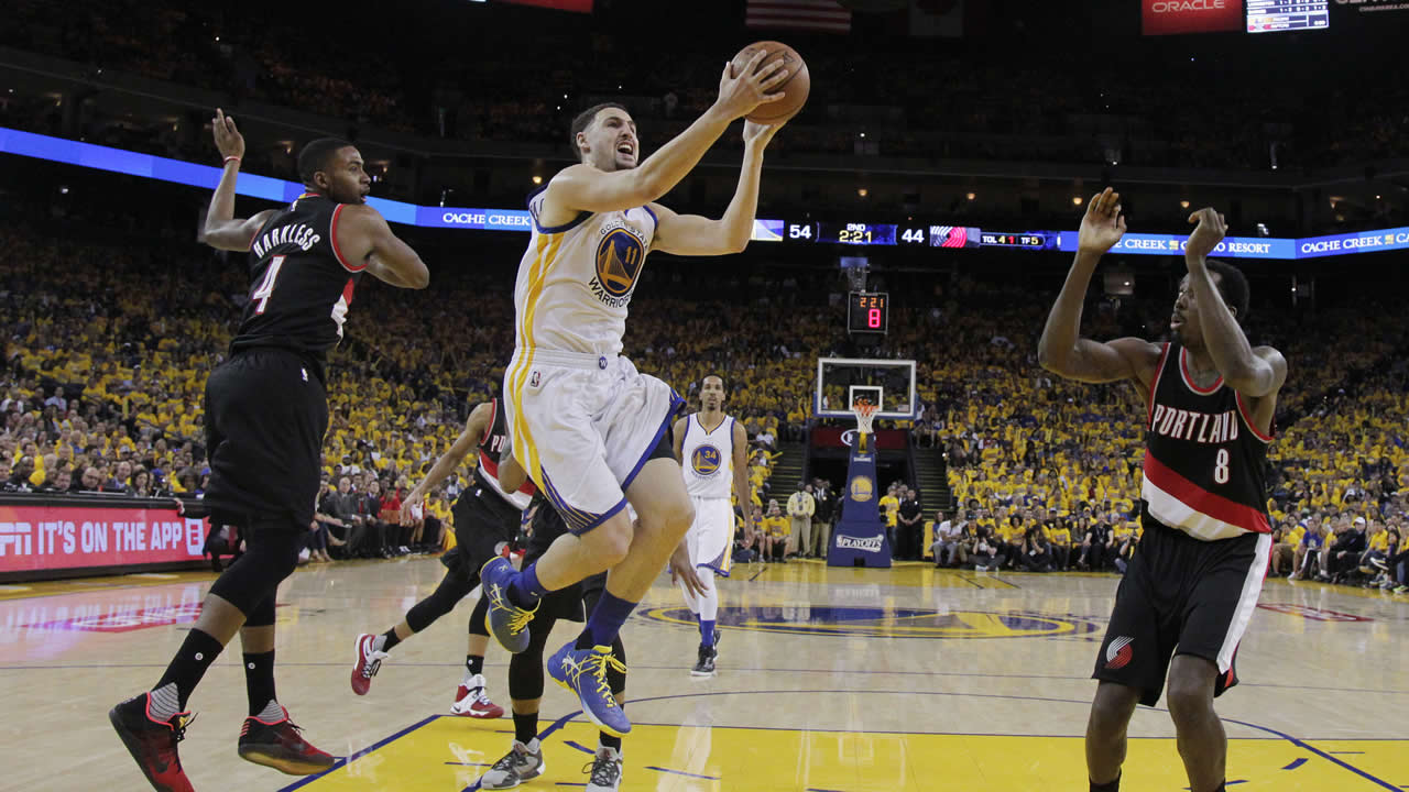Warriors' Klay Thompson drives past Trail Blazers' Maurice Harkless during Game 1 of a second-round NBA basketball playoff series on May 1, 2016, in Oakland, Calif. (AP Photo)