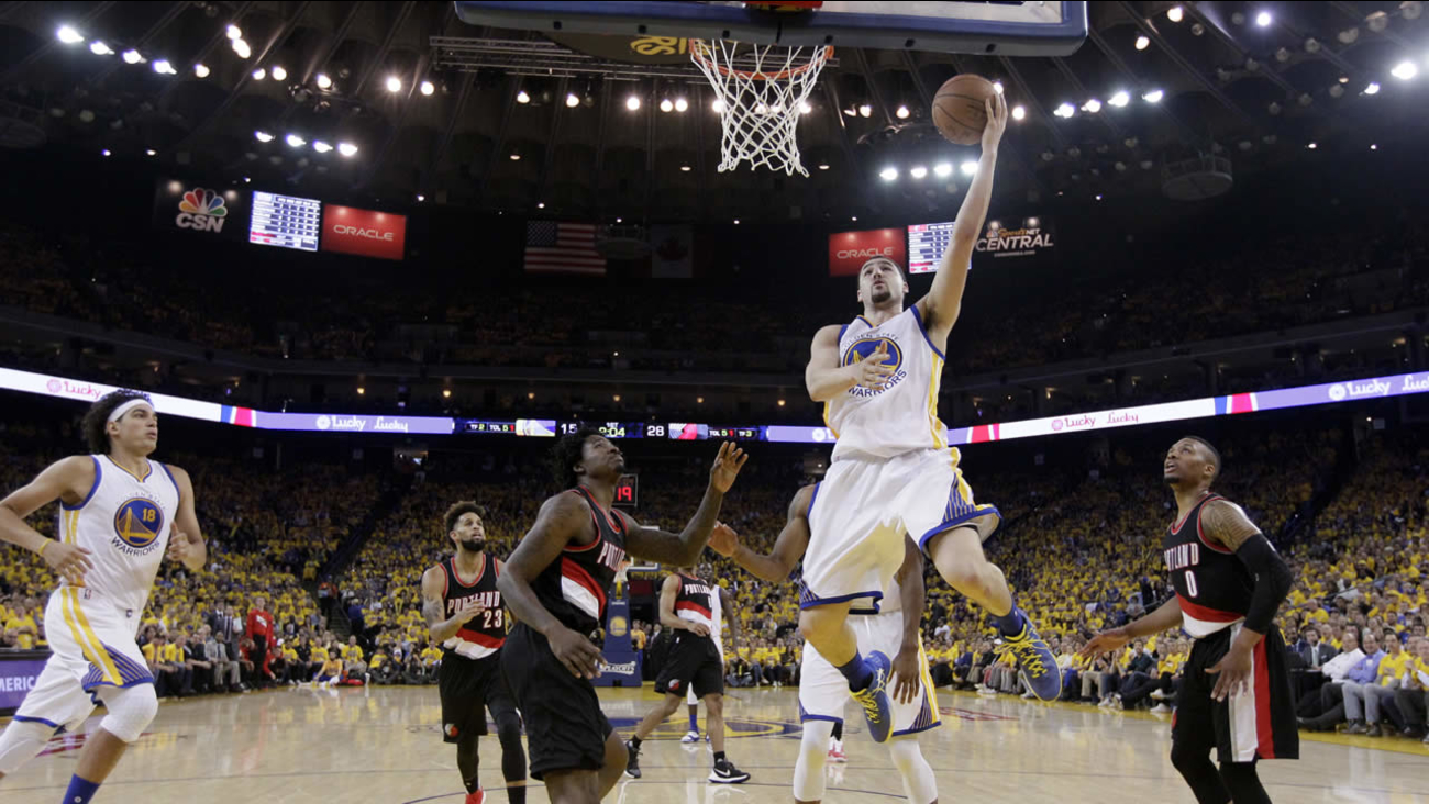 Warriors' Klay Thompson drives to the basket next to Trail Blazers' Ed Davis during Game 2 of the second-round of NBA Playoffs on May 3, 2016, in Oakland, Calif. (AP Photo)