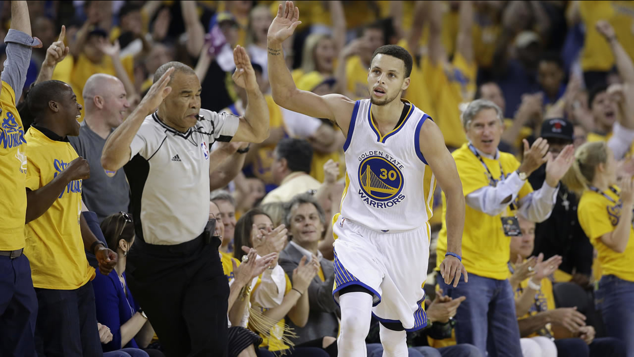Warriors' Stephen Curry gestures after scoring against Thunder during Game 7 of the NBA basketball Western Conference finals in Oakland, Calif., on May 30, 2016. (AP Photo)