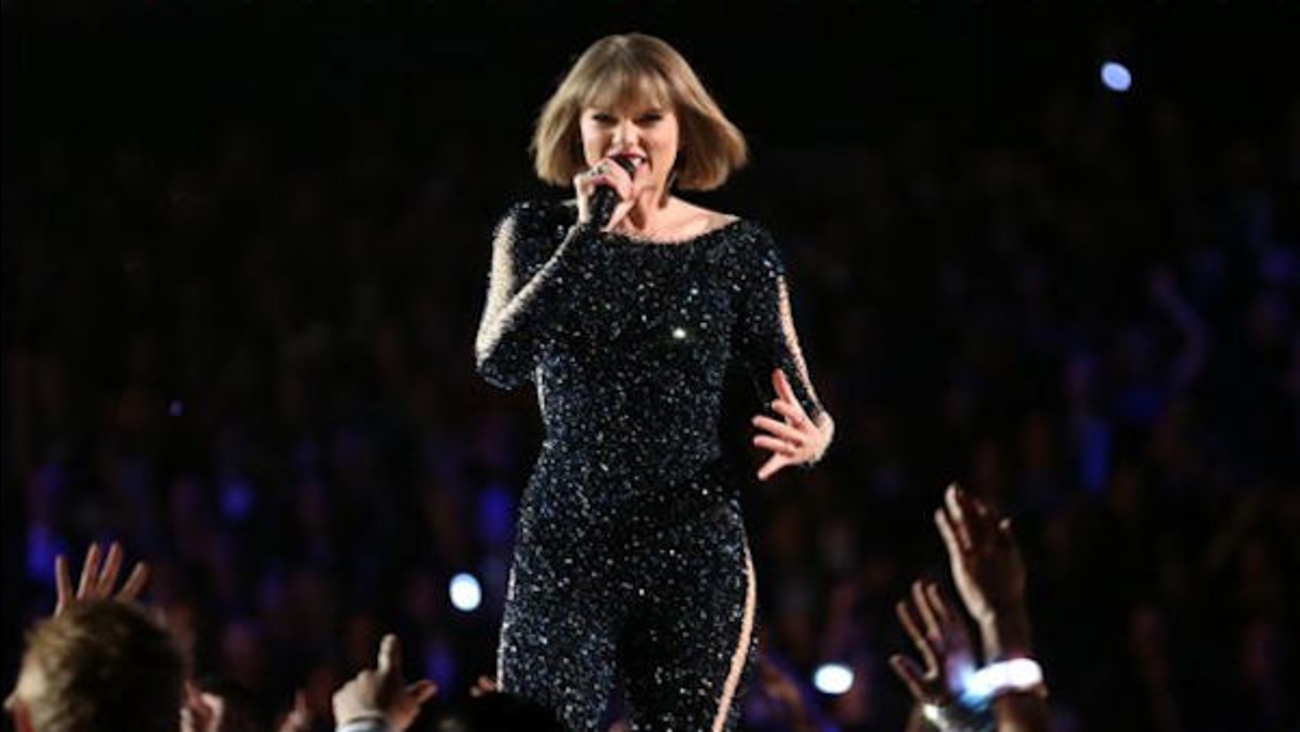 Taylor Swift Gives Surprise Show At Fan S Wedding Reception In Long Beach New Jersey Abc7 New York