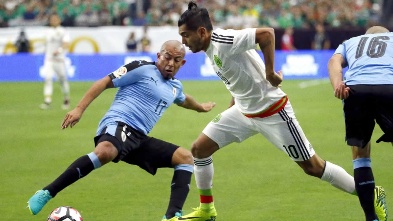 Uruguay midfielder Egidio Arevalo (17) defends against Mexico forward Jesus Manuel Corona (10) at University of Phoenix Stadium, Sunday, June 5, 2016, in Glendale, Ariz.