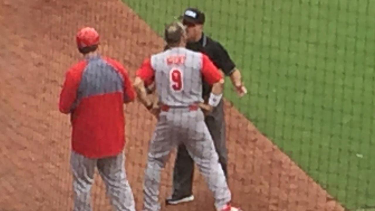 Elliott Avent  arguing with the umpire