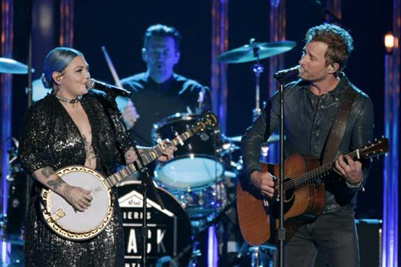 "<div class=""meta image-caption""><div class=""origin-logo origin-image none""><span>none</span></div><span class=""caption-text"">Elle King, left, and Dierks Bentley perform ""Different for Girls"" at the CMT Music Awards at the Bridgestone Arena on Wednesday, June 8, 2016, in Nashville, Tenn. (Wade Payne/Invision/AP)</span></div>"