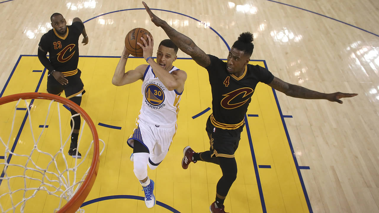 Warriors' Curry shoots between Cavaliers' James and Shumpert  during Game 5 of basketball's NBA Finals in Oakland, Calif., on June 13, 2016. (Ezra Shaw/Getty Images via AP, Pool)