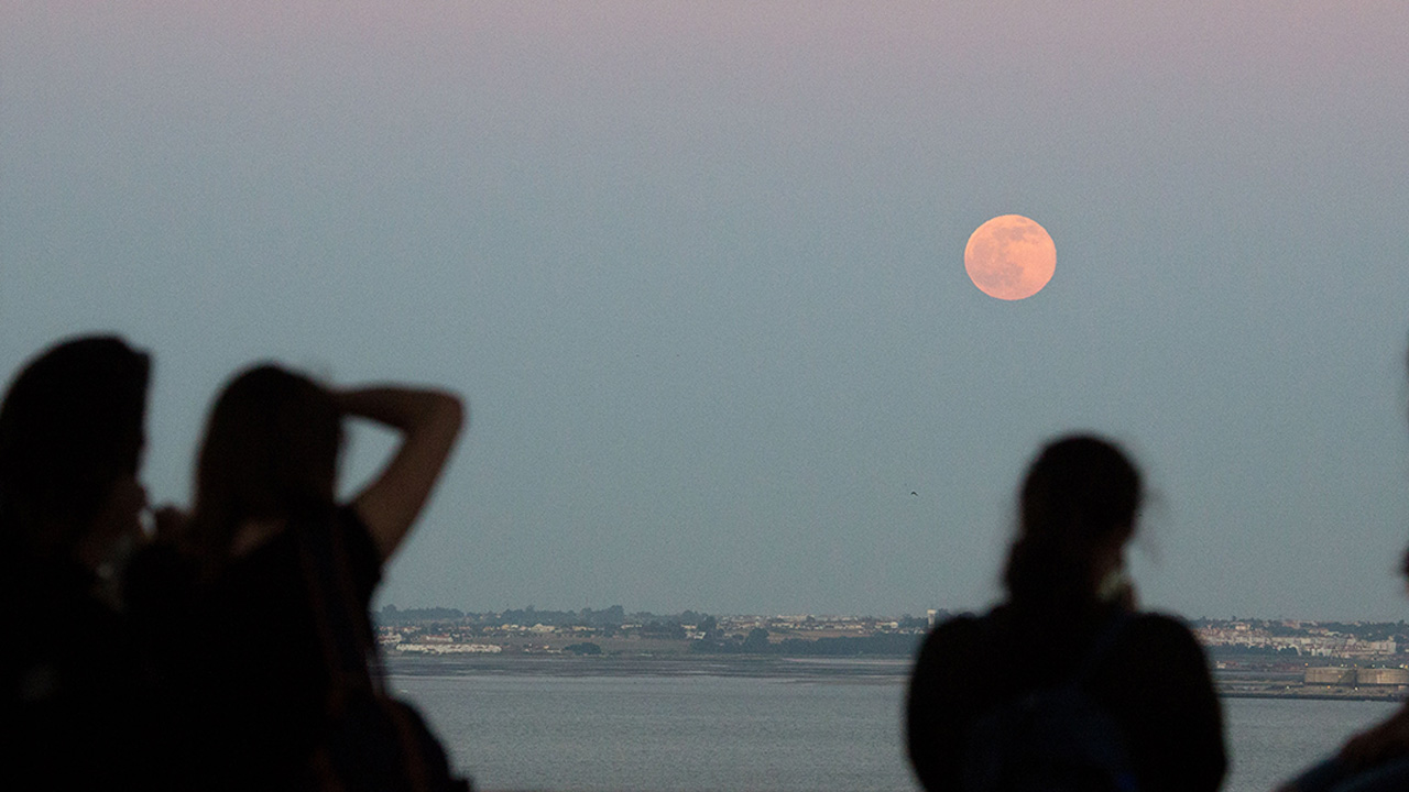 For the first time in nearly 70 years, the summer solstice and June's full moon will sync on Monday, June 20, 2016.
