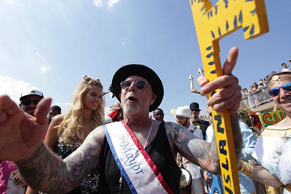 "<div class=""meta image-caption""><div class=""origin-logo origin-image ap""><span>AP</span></div><span class=""caption-text"">Mermaid Parade founder Dick Zigun and Sports Illustrated swimsuit cover model Hailey Clauson kick off the 34th Annual Mermaid Parade  (AP Photo/Ezra Kaplan) (AP)</span></div>"