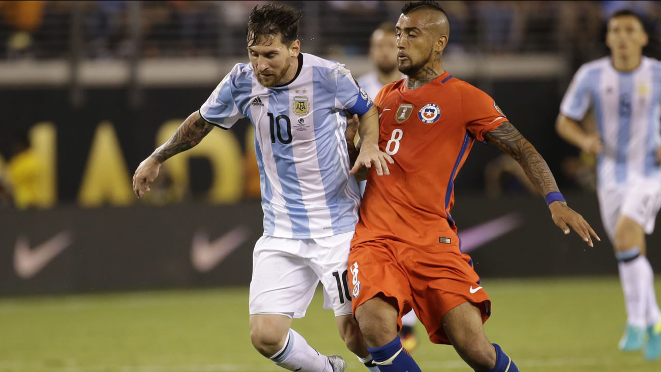 Argentina's Lionel Messi (10) is defended by Chile's Arturo Vidal during the Copa America Centenario championship soccer match, June 26, 2016, in East Rutherford, N.J. (AP Photo)