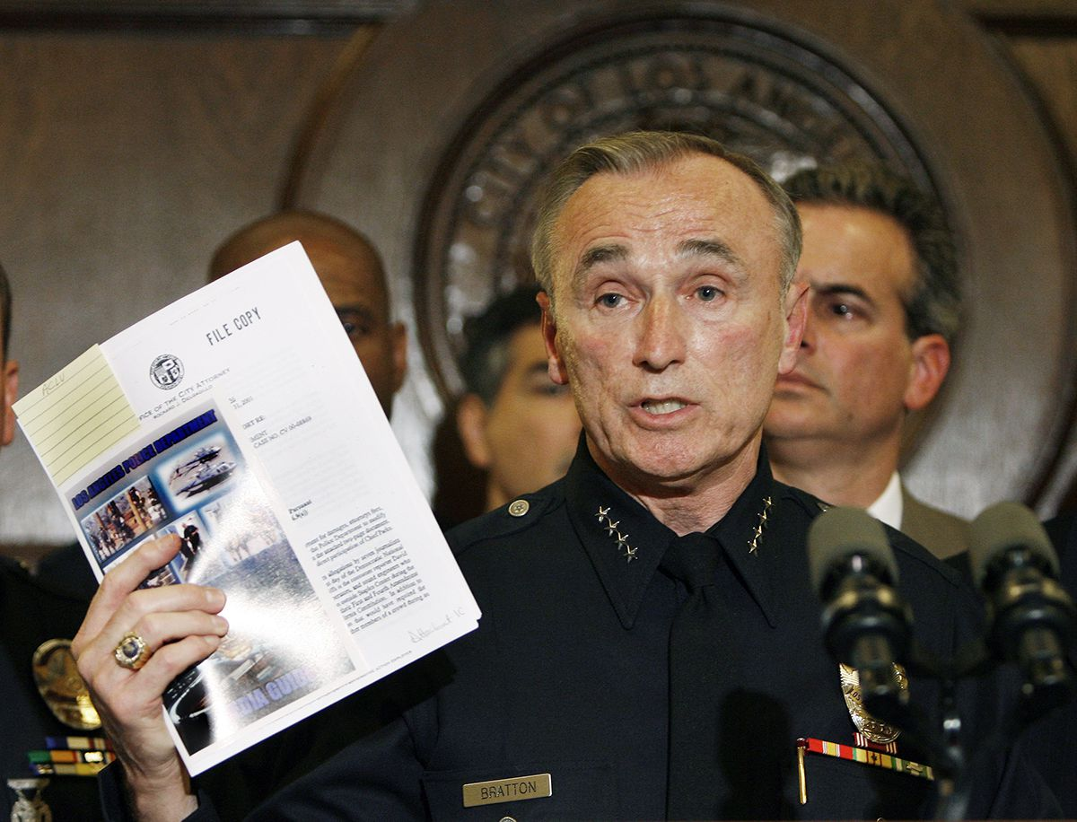 "<div class=""meta image-caption""><div class=""origin-logo origin-image ap""><span>AP</span></div><span class=""caption-text"">Los Angeles police Chief William J. Bratton holds the department's media guideline during a news conference with city leaders at Los Angeles City Hall Wednesday, May 2, 2007. (AP Photo/Kevork Djansezian)</span></div>"