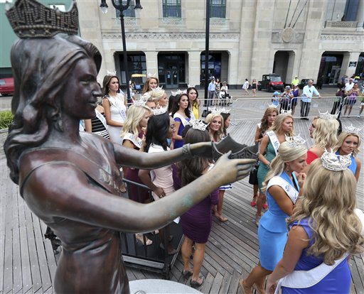 """<div class=""""meta image-caption""""><div class=""""origin-logo origin-image none""""><span>none</span></div><span class=""""caption-text"""">Miss America Pageant contestants gather around a statue during arrival ceremonies Tuesday, Aug. 30, 2016, in Atlantic City. (AP)</span></div>"""