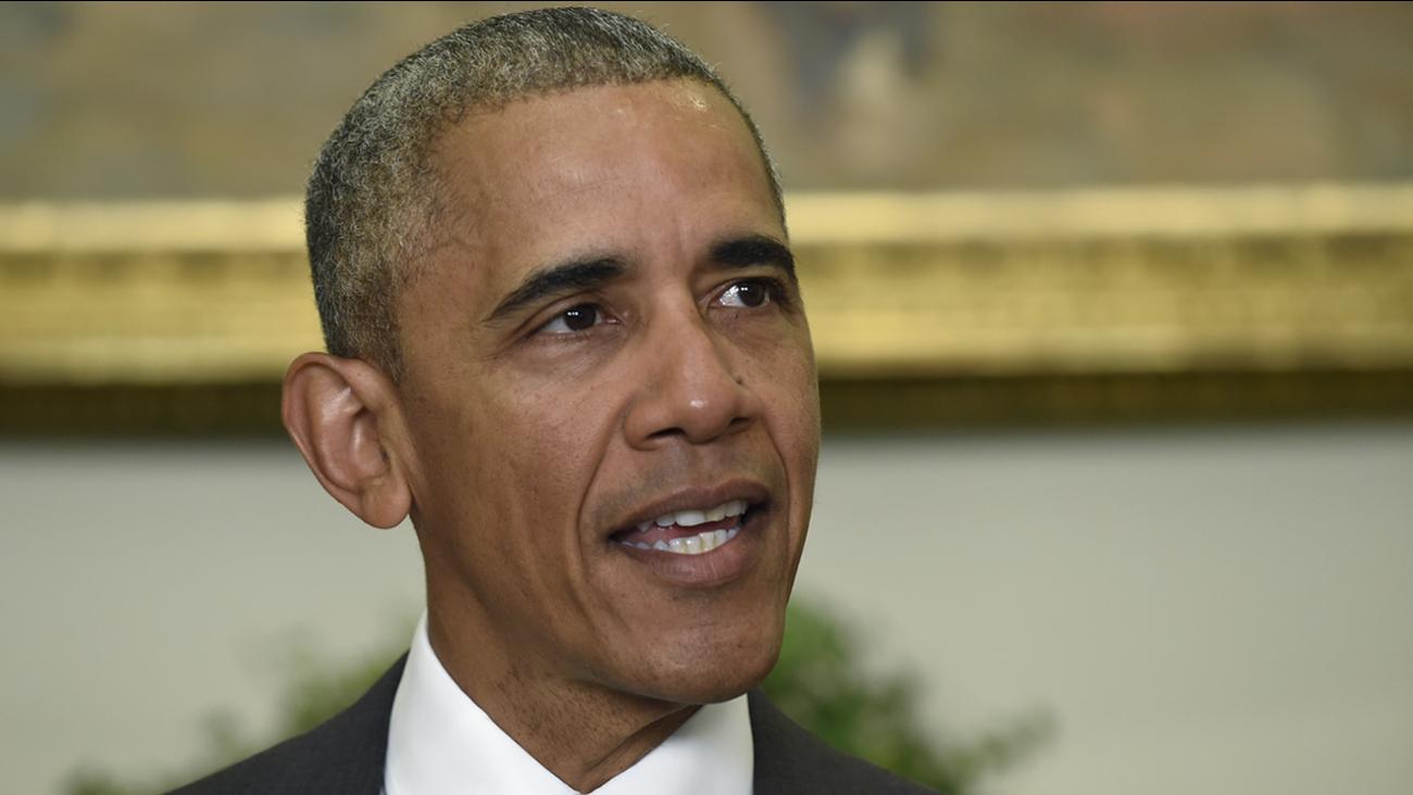 Obama hits campaign trail for Clinton in Philadelphia