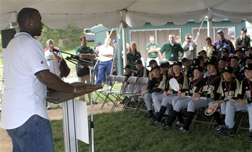 "<div class=""meta image-caption""><div class=""origin-logo origin-image ap""><span>AP</span></div><span class=""caption-text"">Philadelphia Phillies first baseman Ryan Howard speaks to the Little League World Series baseball teams, Monday, Aug. 20, 2007 in South Williamsport, Pa. (AP Photo/Tom E. Puskar)</span></div>"